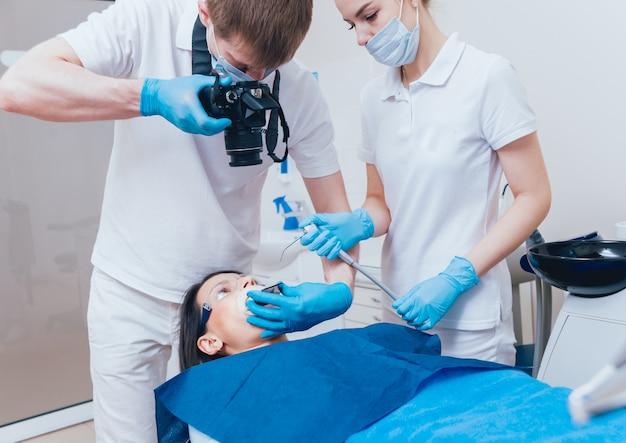 Männlicher zahnarzt und ein patient in der zahnarztpraxis