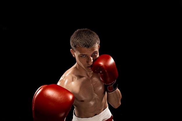 Männliches boxerboxen auf schwarz