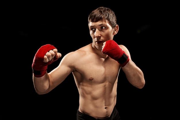 Männliches boxerboxen mit dramatischer kantiger beleuchtung