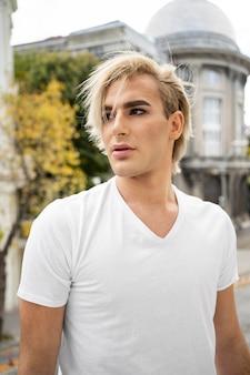 Männliches make-up schauen nach draußen