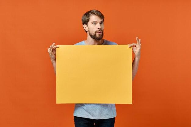 Männliches marketingplakat-werbemodell orange papierblatt