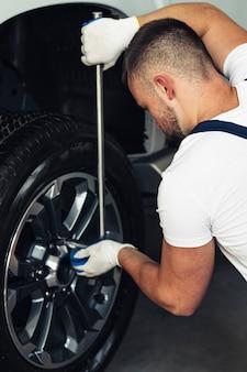 Männliches mechanikerfestlegungsauto des hohen winkels