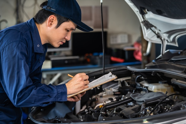 Männliches mechanikerprüf- und reparaturdienstauto mit zwischenablage
