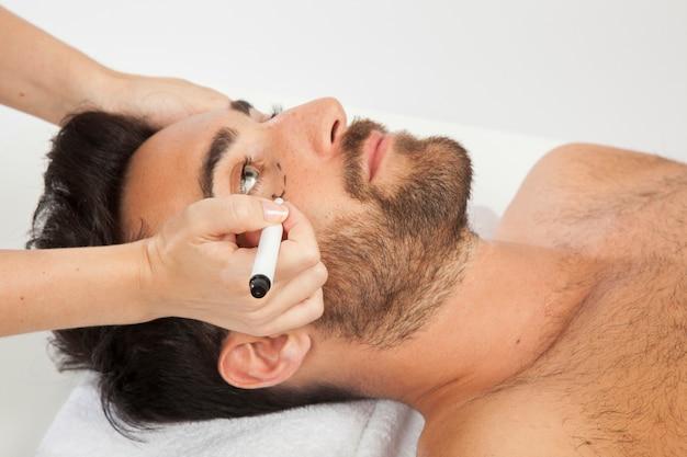 Männliches modell an ästhetischer chirurgie