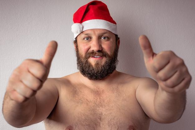 Männliches modell, das ein weihnachtsmannkostüm trägt