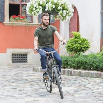 Männliches radfahrerreitfahrrad an draußen