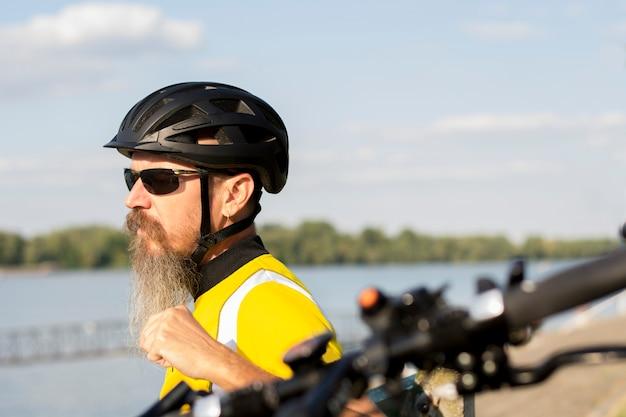 Männliches radfahrerstillstehen