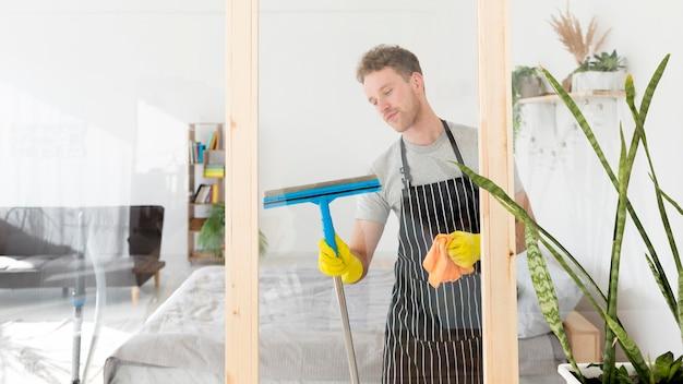 Männliches reinigungsfenster