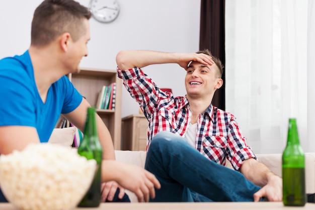 Männliches treffen mit bier und popcorn