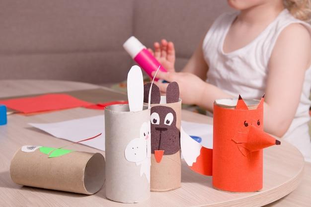 Märchenfiguren aus toilettenpapierbüschen und ein kleines kind an der oberfläche Premium Fotos