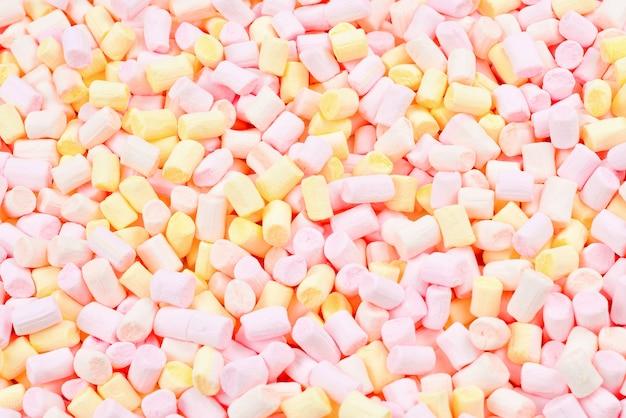 Mäusespeck. wand aus rosa und gelben bunten mini marshmallows.