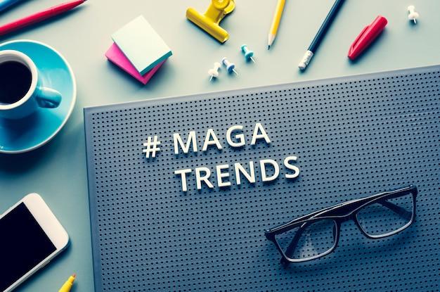 Maga-trends und business-vision-konzepte mit text auf modernem schreibtisch. kommunikationsplan. keine menschen