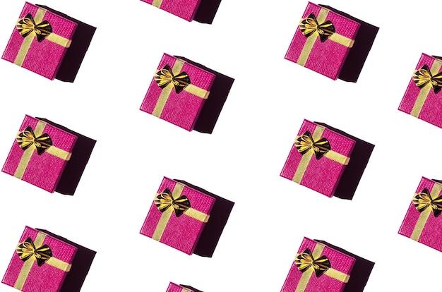 Magenta geschenkboxen auf weißem hintergrund