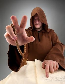 Magier liest den zauber