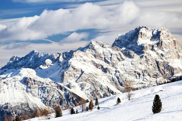 Magische dolomitberge mit schnee