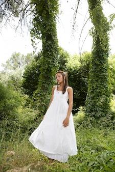 Magische frau im wald, langes weißes kleid