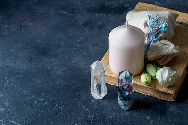 Magische komposition mit rosa kerzenkristallen heidnische tasche und blumen esoterische und heidnische rituale hexerei wicca oder spirituelle praxis heilung ritual für die liebe kräuterbehandlung