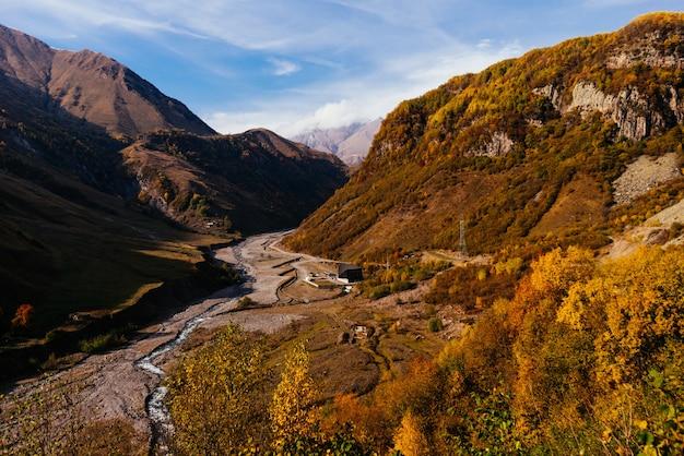 Magische natur und landschaft, majestätische berge und hügel im grünen
