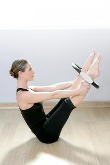 Magische pilates ringfrau aerobic-sportgymnastik