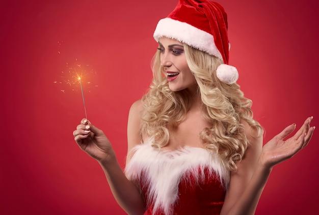 Magische weihnachtszeit mit weiblichem sexy weihnachtsmann