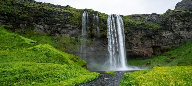 Magischer seljalandsfoss wasserfall in island.