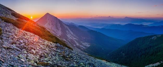 Magischer sonnenuntergang in den bergen