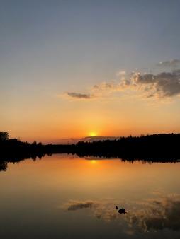 Magischer sonnenuntergang über dem see