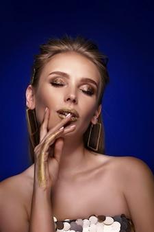 Magisches mädchenporträt im goldenen goldenen make-up-nahaufnahmeporträt in
