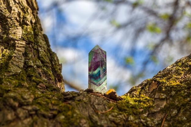 Magisches stillleben mit edelsteinen fluoritkristall auf naturhintergrund