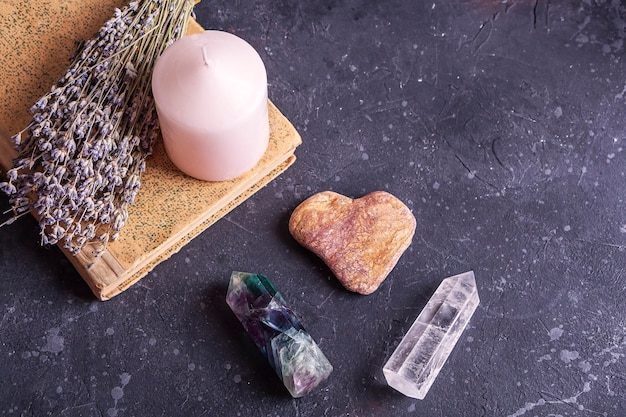 Magisches stillleben mit fluorit-quarzkristall und rosa kerze magische steine für mystische ritualhexerei wicca oder spirituelle praxis heilung meditation reiki ritual für liebe und chakra-gleichgewicht