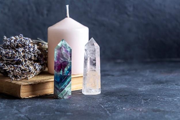 Magisches stillleben mit fluorit, quarzkristall und rosa kerze
