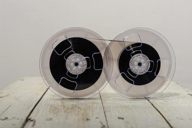 Magnetband auf altem hölzernen hintergrund