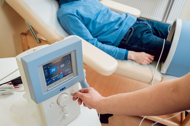 Magnetfeldsystem. patient mit arzt im büro.