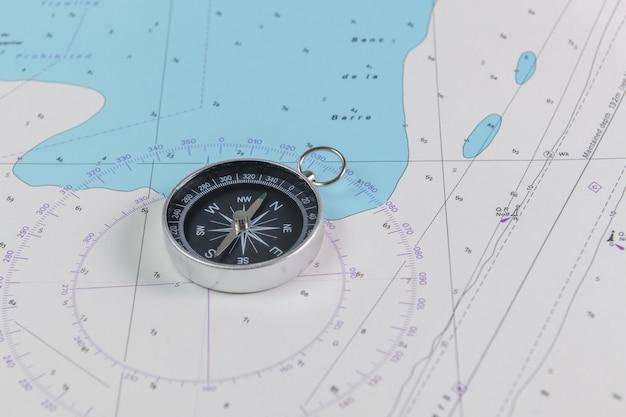Magnetkompass auf einer nautischen navigationskarte