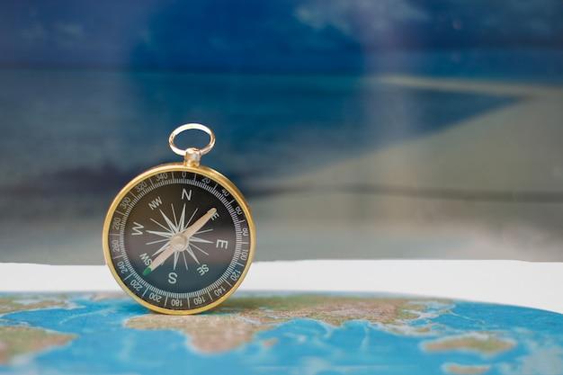 Magnetkompass auf weltkarte, konzept der reise und des bestimmungsortes, makroreise - bild