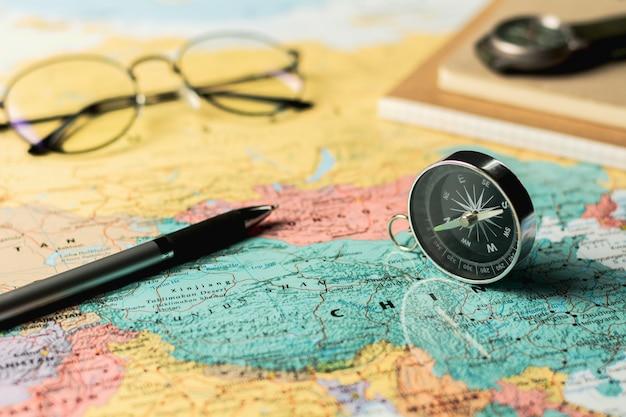 Magnetkompass und stationär auf karte.