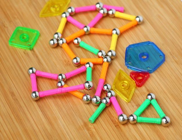 Magnetspielzeug für kindergehirnentwicklung auf hölzernem brett