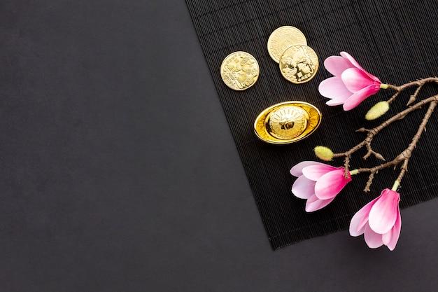 Magnolie und goldene münzen für chinesisches neues jahr