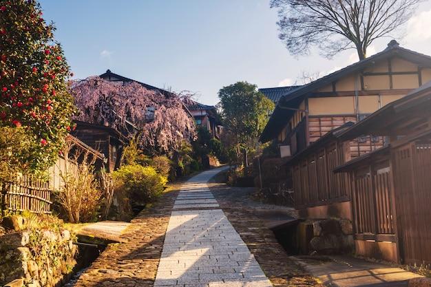 Magome-juku stadt mit kirschblüte, kiso-tal