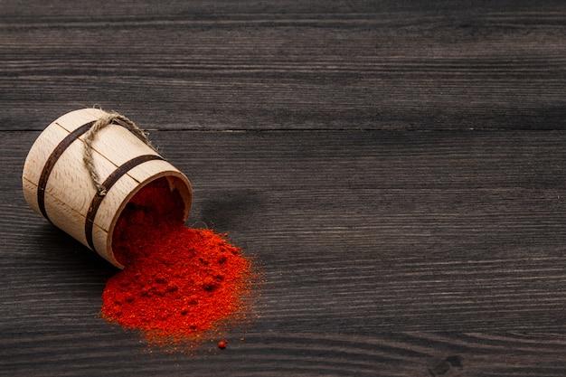Magyar (ungarisch) leuchtend rotes süßes paprikapulver. traditionelles gewürz zum kochen nationaler gerichte. holzfass