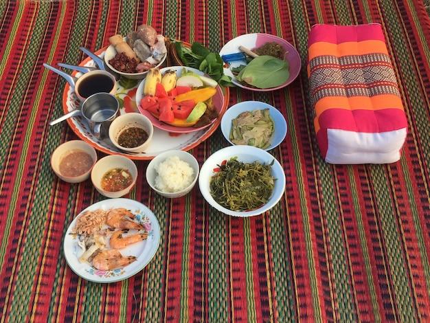 Maha sarakham, thailand - 15. april 2021: essen für opfergaben an die geister beim songkran festival. respektiere gott. schnappschüsse mit dem smartphone aufgenommen.