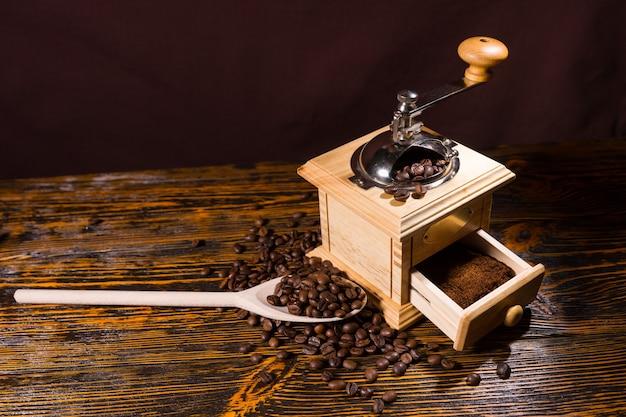 Mahlen gerösteter kaffeebohnen mit handmühle
