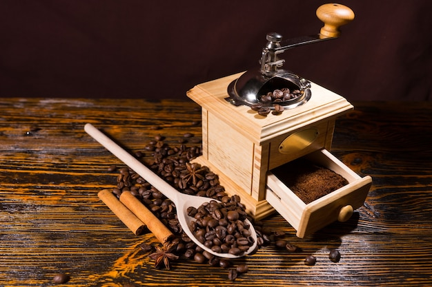 Mahlen von kaffeebohnen und gewürzen mit der handmühle