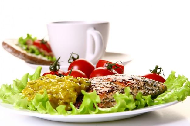 Mahlzeit mit filet und gemüse und kaffee garnieren
