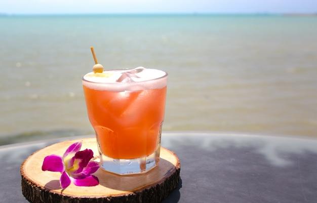 Mai tai trinken an der strandbar. nahaufnahme von alkoholischen getränk.