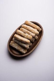 Maida petha aus maismehl mit zuckersirupüberzug