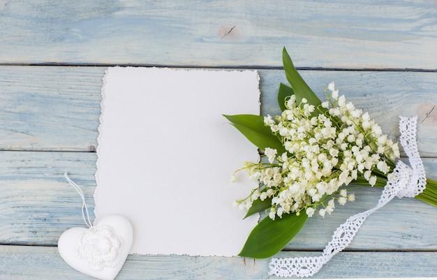 Maiglöckchen, herz und blatt papier