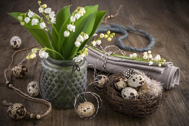 Maiglöckchen und osterdekorationen auf altem holz