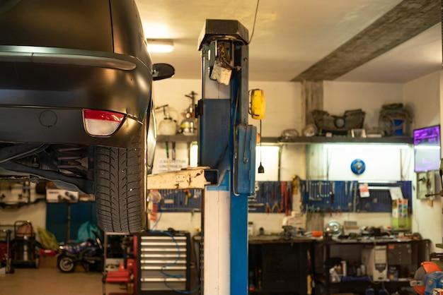 Mailand, italien 17. februar 2021: innenraum einer autowerkstatt
