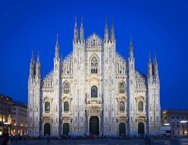 Mailand, italien - 28. april 2018: touristen während der blauen stunde fotografieren auf dem domplatz, dem wahrzeichen der stadt.